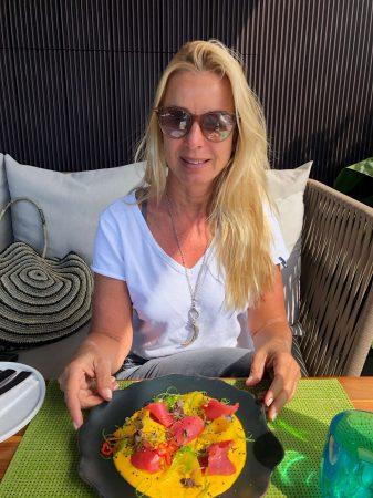 Angela Barzen genießt den Bleisure-Lunch auf der Rooftop Terrasse des Mandarin Oriental Barcelona.